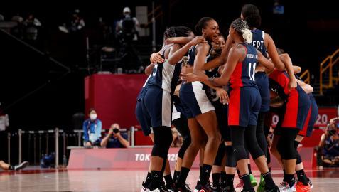 Las jugadores francesas celebran tras vencer a España en el partido de cuartos de final de baloncesto femenino durante los Juegos Olímpicos 2020
