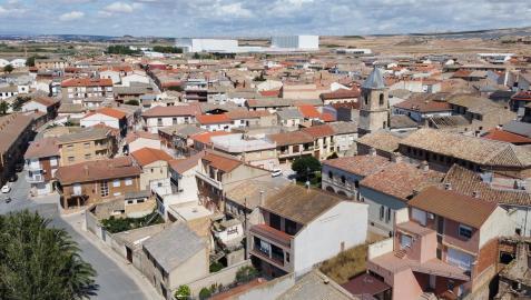 Vista aérea de Fustiñana con la iglesia de Nuestra Señora de la Asunción a la derecha y parte de la Bardena Negra al fondo