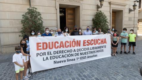 Familias que piden una línea más en Jesuitas, en una concentración ante el Ayuntamiento