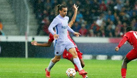 Antoine Griezmann conduce el balón bajo la lluvia durante el amistoso contra el Red Bull Salzburgo
