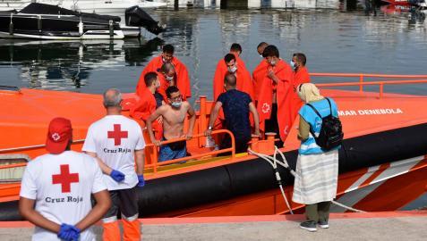 Imagen de archivo del rescate de varios inmigrantes llegados en patera a Gibraltar.
