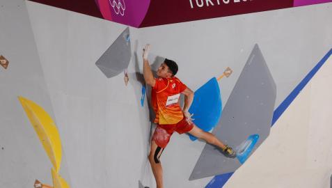 El español Alberto Ginés durante la prueba de escalada en bloque o búlder en los Juegos Olímpicos de Tokio 2020