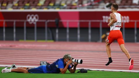 El polaco Michal Rozmys corre sin una de las zapatillas en una serie de 1.500 metros