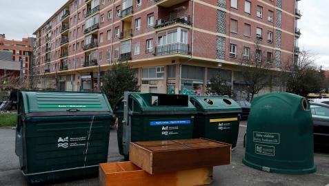 Muebles abandonados junto a un grupo de contenedores, este año en Pamplona