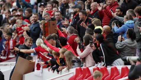 Klopp se acerc a saludar a los espectadores ayer en Anfield