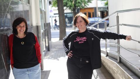 Beatriz de Lucas, técnica de Incidencia de Cear-Euskadi, y Amanda Andrades, periodista y autora del libro, en Pamplona