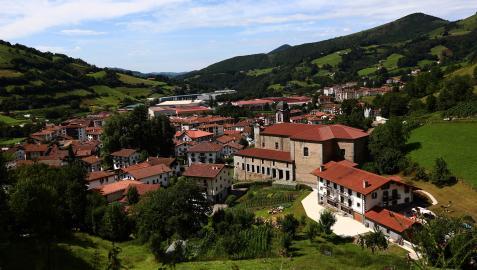 Vista de la villa de Leitza desde el paseo de la Vía Verde, a menos de cincuenta kilómetros de la capital navarra