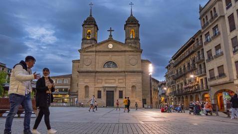 Varias personas pasean por la Plaza de los Fueros de Estella