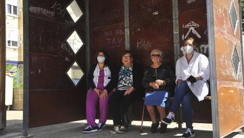 La trabajadora social Estíbaliz Gómez, Alicia Macua, Concha León y Jaqueline Maestre, directora de la residencia de Artajona, en la parada de autobús cercana