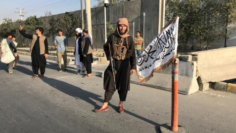 Miebro talibán en el exterior de un Ministerio en Kabul