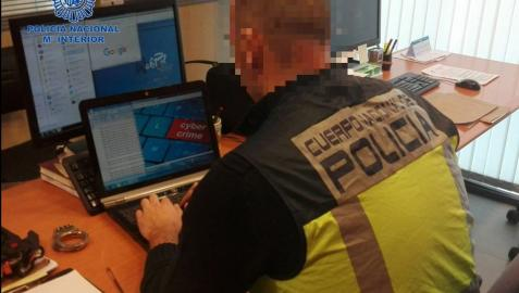 Un agente de Policía Nacional, frente a un ordenador en una imagen de archivo.