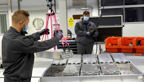 Un operario trabaja en el montaje de un paquete de celdas de batería para un modelo Volkswagen