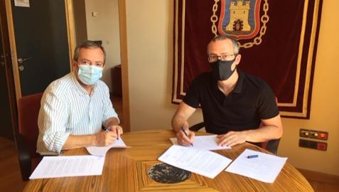 Jesús Arrizubieta (izda.) e Íñigo Beúnza firman el convenio.