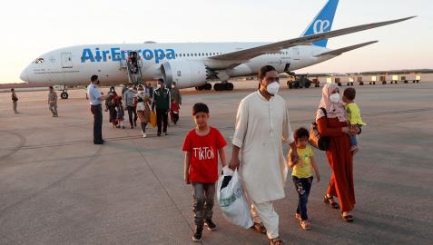Varias personas salen del segundo avión tras aterrizar en la base aérea de Torrejón de Ardoz
