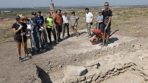 Varios de los alumnos participantes en las excavaciones, junto a los directores Óscar Sola -6º por la izda.- y Jesús Lorenzo -3º por la dcha.-