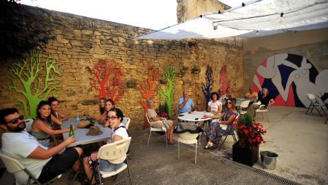 Miembros y de la junta y socios de la Sociedad Valdorba en el patio interior del edificio que alberga la sede de la sociedad el pasado viernes