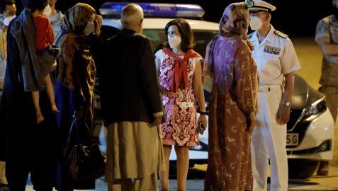 La ministra de Defensa, Margarita Robles, y el Jefe del Estado Mayor de la Defensa (JEMAD), almirante Teodoro López Calderón, reciben a otro grupo de refugiados afganos