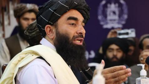 Zabihullah Mujahid, portavoz talibán habla con los periodistas durante una rueda de prensa en Kabul, Afganistán
