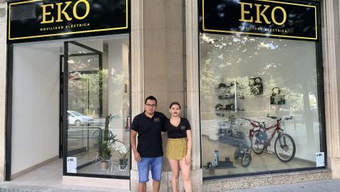 lman Arpi y Mónica Guillén, frente a EKO Movilidad Eléctrica, en la avenida Baja Navarra