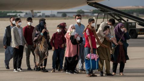 Varias personas, entre ellas niños llegan a la base aérea de Torrejón de Ardoz, procedentes de Afganistán