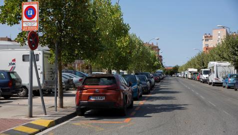 Travesía Padre Tomás de Burgui. En la izda. la Rochapea con la zona naranja ya marcada. A la dcha. Ansoáin con aparcamientos gratuítos.