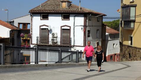 Una pareja accede al centro de Sesma por una de las múltiples calles que desembocan en la plaza de la Diputación