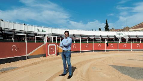 Javier Munárriz supervisa la colocación del albero en la plaza portátil colocada junto al colegio
