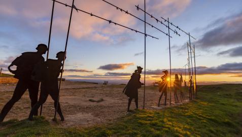 Las figuras eternas de estos peregrinos convertidos en monumento nos esperan en lo alto de la Sierra del Perdón.