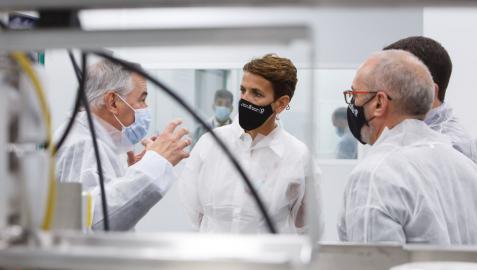 El director general de 3P Biopharmaceuticals, Dámaso Molero, muestra a la Presidenta Chivite y a los consejeros Irujo y Cigudosa la planta de producción