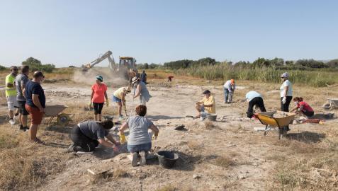 Los voluntarios inscritos al taller de arqueología, en plenas labores de excavación en la antigua escombrera de Buñuel