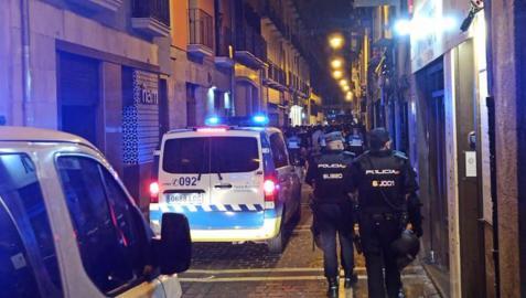 Dispositivo de varios cuerpor de policía, esta noche en la el Casco Viejo de Pamplona.