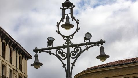 Una de las lámparas de pie, en el paseo de Sarasate