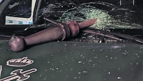 Piedra lanzada que causó lesiones leves a un agente