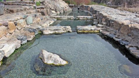 Imagen de archivo de las pozas termales de Arnedillo vacías. El agua cubre las rocas