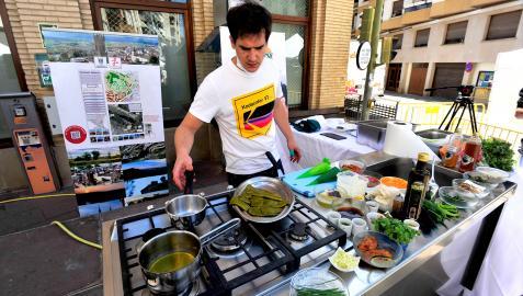 A lo largo de la calle Irurzun se colocaron varios puestos de gastronomía