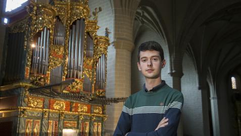Álvaro Cía, posando junto al órgano barroco de la iglesia del convento pamplonés de Santo Domingo, donde hoy impartirá la sesión Las matemáticas cantantes