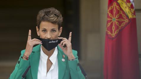 La presidenta María Chivite se quita la mascarilla instantes antes de su comparecencia de ayer ante los medios.