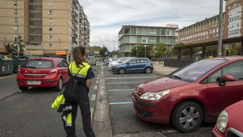 Una vigilante de la ORA comprueba una matrícula en la calle Doctor Gortari