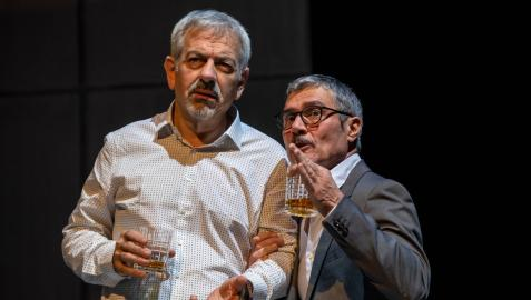 """Carlos Sobera (izq.), junto al actor Ángel Pardo en una escena de Asesinos todos. Sobera interpreta a Pepe, un """"legalista y pusilánime"""" funcionario de Hacienda"""