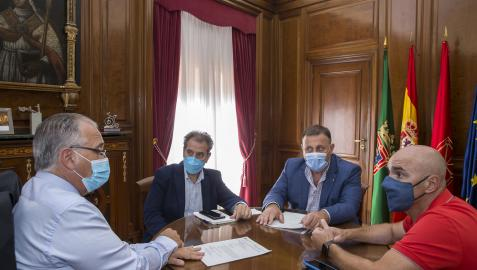 Enrique Maya, reunido con Javier Goya, Javier Labairu y Patxi Fernández