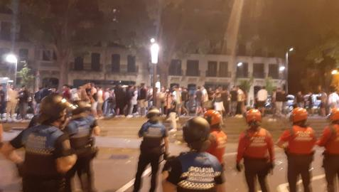 Dispositivo conjunto de Policía Municipal y Policía Foral que impiden que decenas de jóvenes regresen a la calle San Gregorio desde la confluencia con calle Ciudadela y Navas de Tolosa