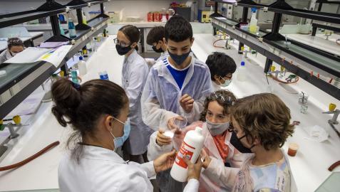 Cristina Sola Larrañaga junto con un par de campistas durante la preparación del slime.jesús caso