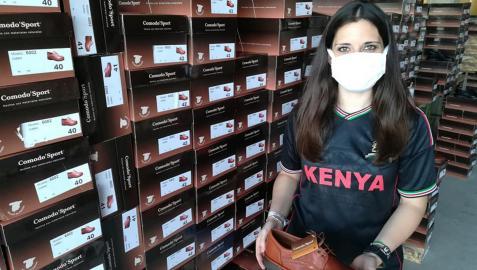 Marta Oreja posa con un lote de zapatos que fueron donados a su ONG por una empresa de Ribaforada.