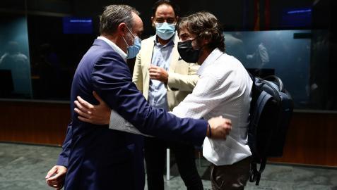 Fue día de reencuentros. Javier Esparza (NA+) y Mikel Buil (Podemos) se saludan, observados por Ramón Alzórriz (PSN)