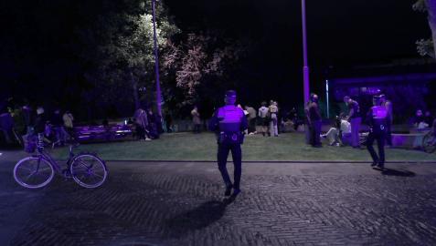 Una patrulla de Policía Municipal vigila algunas de las concentraciones donde pueden darse botellones