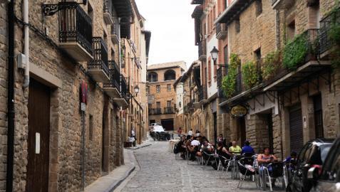 Este verano se ha notado más movimiento por las calles de Artajona