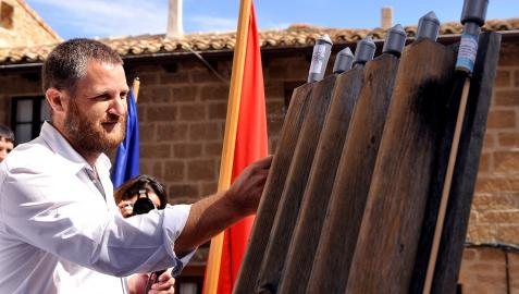 David Beriáin el día que lanzó el cohete de fiestas de Artajona.