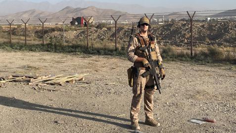 El militar tudelano Daniel Pérez Marchite posa durante uno de los servicios que realizó en el aeropuerto de Kabul.