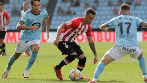 Alex Berenguer trata de marcharse de Denis Suárez y Javi Galán en el Celta-Athletic jugado esta temporada