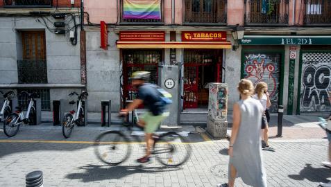 Varias personas pasean por una de las calles del barrio de Malasaña, donde el día 5 de septiembre un joven sufrió una agresión homófobo